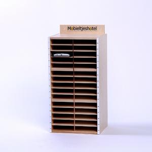 Mobieltjeshotel voor 30 mobieltjes van hout met nummers